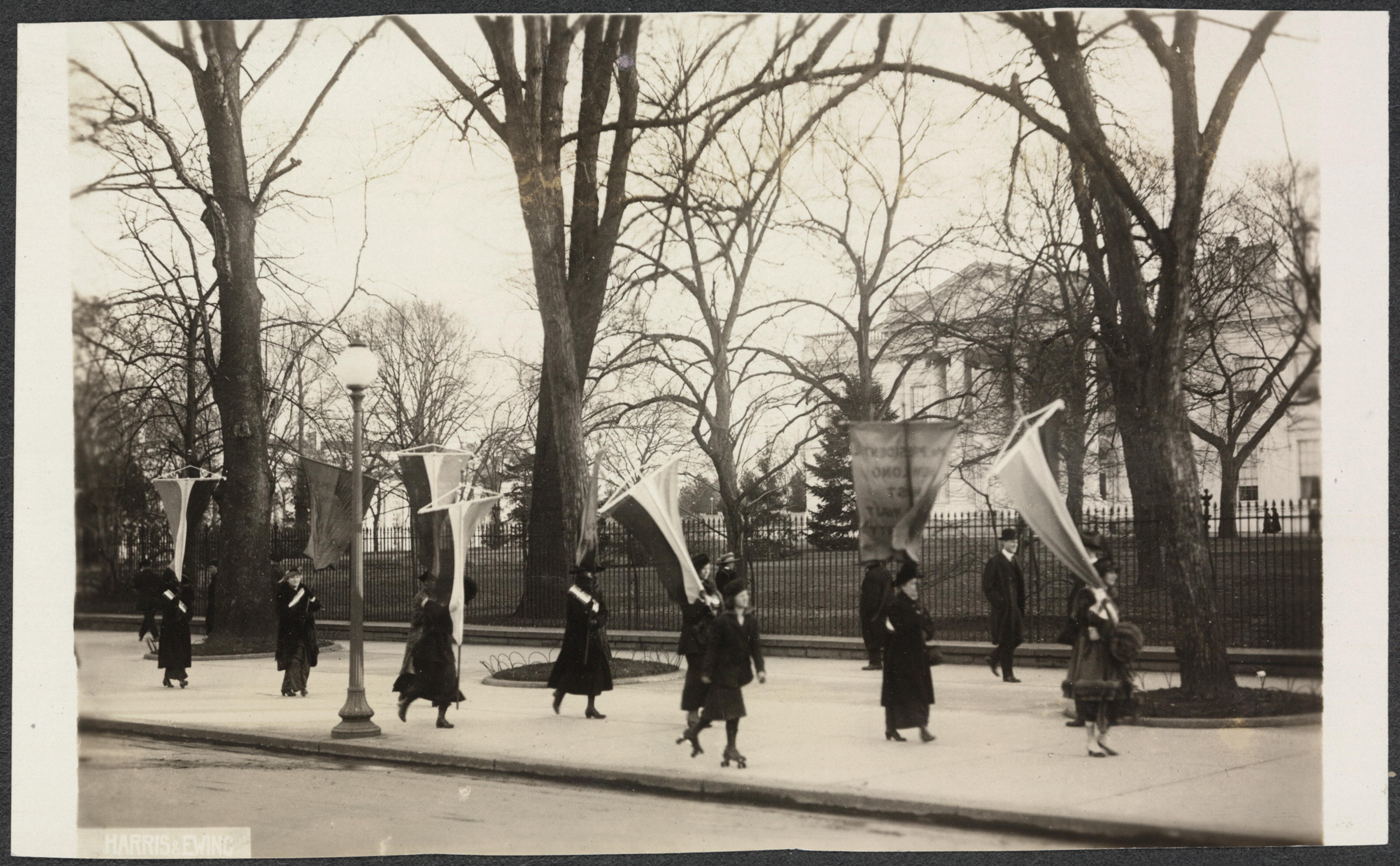 Photo 1 Maryland Day Picket of WH. LOC